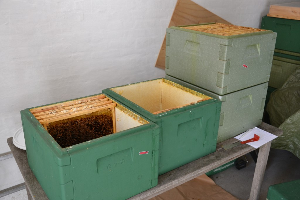 Kasser med tavler - fjernet fra bigården og bragt ind i slyngerummet.