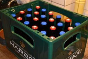 Så står øllet klar i kassen - det kan være svært at vente to uger inden den er færdigkarboneret
